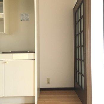 キッチン横に冷蔵庫置き場ですね〜。サイズには限りがあるので要チェックです。※写真と文章は3階の反転間取り別部屋のものです