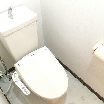 トイレはウォシュレット付。※写真と文章は3階の反転間取り別部屋のものです