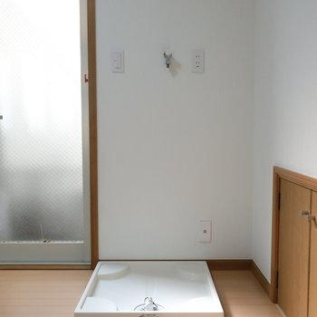 【1階】キッチン後ろに洗濯機置き場。干すのはルーバルなのでちょっと階段が大変かな。