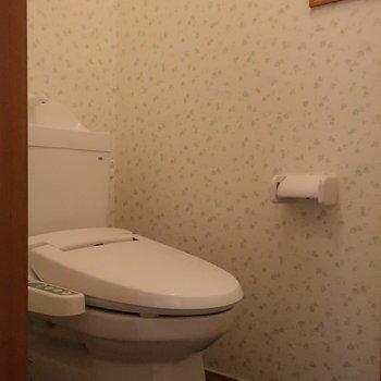 【1階】トイレのクロスはちょっぴりグリーン。