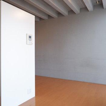 べっどはこちらの壁に寄せるのが良さそうです。