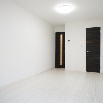 逆から見ても白いわな※写真は1階同間取り別部屋のものです