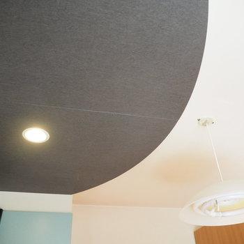 天井と照明までレトロな雰囲気です