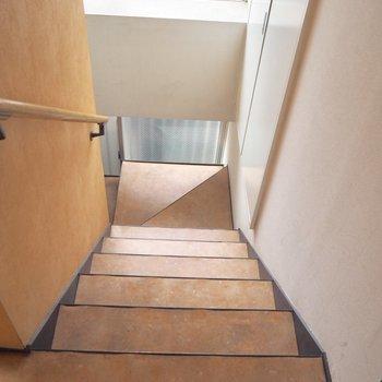 共用部の階段もオレンジでかわいいです