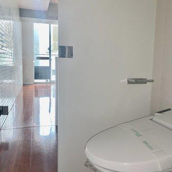 トイレは扉で仕切れます※写真は通電前のものです