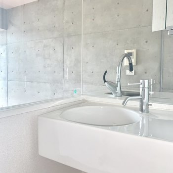 洗面台の鏡はスリムです