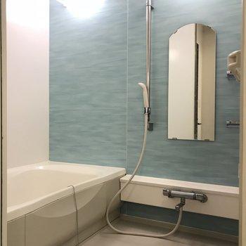 バスルームはフレッシュブルー。 割りと広めです。※写真は前回募集時のものです