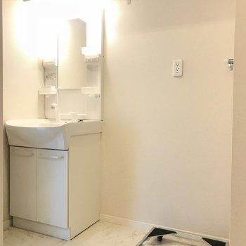 脱衣所には室内洗濯機置場と独立洗面台※写真は前回募集時のものです