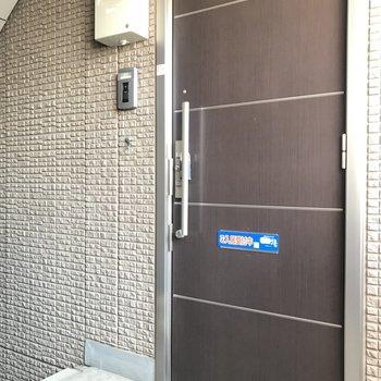 シンプルな玄関扉です※写真は前回募集時のものです