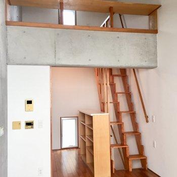 上にはロフト!下には食器棚に使えそうなカウンター!※写真は同建物同間取りの別部屋のものです