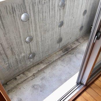 2階部分のベランダは正直スリム。※写真は同建物同間取りの別部屋のものです