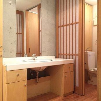 ゆったりスペースでコンクリと木のぬくもりがかっこいい※写真は同建物同間取りの別部屋のものです