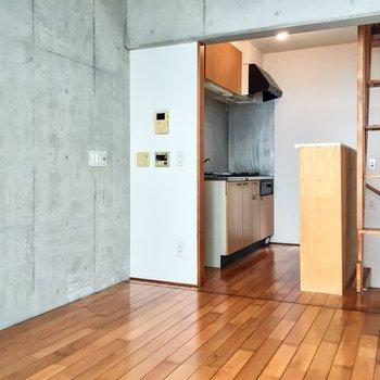 2階がキッチン部分含め約7帖の空間※写真は同建物同間取りの別部屋のものです