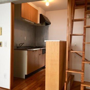 したに降りてキッチン周辺※写真は同建物同間取りの別部屋のものです