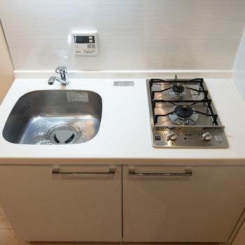 キッチンは2口ガスコンロ。調理スペースも確保されています。