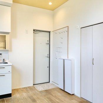 左側の扉を開けると洗濯機置き場があります。