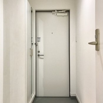 玄関の前はゆったりとしたスペース。グリーンを飾ったりもできそう!
