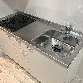 キッチンはガス2口でお料理スペースもしっかりと!自炊も頑張れるね。冷蔵庫はお隣に!