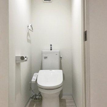 トイレは玄関の前に。この動線、私は好きです。笑