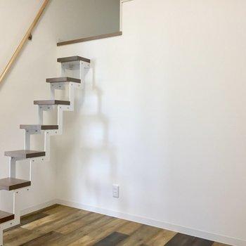 こちら洋室。階段がシンプルでかわいい!でも降りる時ちょっぴり怖いかも。