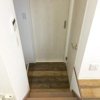 キッチン横の階段降りて正面が脱衣所、右がトイレ、左に玄関。
