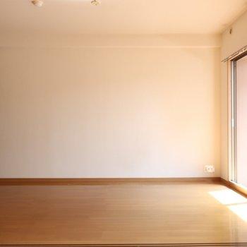 シェルフや大きなTVはこっち側がしっくり来るの◎※写真は2階の反転間取り別部屋、清掃前のものです