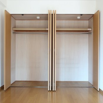 クローゼットは大きいサイズが2つ並びに。気になってたお洋服買い足しちゃってもいいんじゃない♪※写真は2階の反転間取り別部屋、清掃前のものです