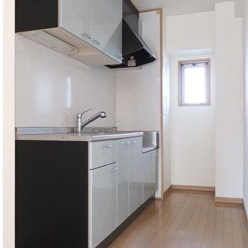 キッチンは奥まったところに。集中してお料理できるね!※写真は2階の反転間取り別部屋、清掃前のものです