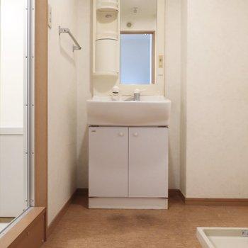 サニタリーのこのゆとり!※写真は2階の反転間取り別部屋、清掃前のものです