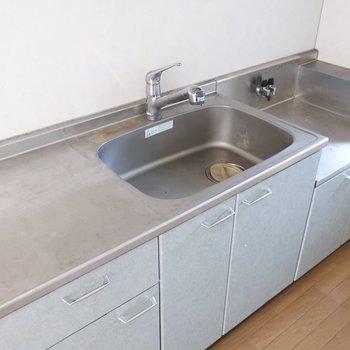 優しい水色に癒やされるなぁ。ガスコンロは好きなデザインの使ってくださいね!※写真は2階の反転間取り別部屋、清掃前のものです