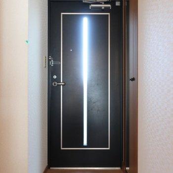 玄関ドアからも光が入ってくるの!※写真は2階の反転間取り別部屋、清掃前のものです