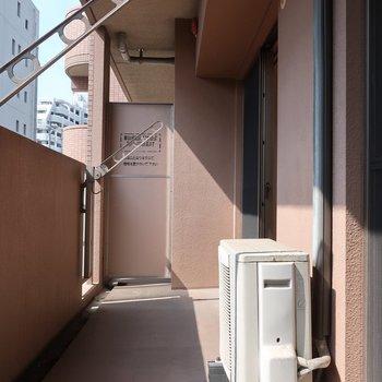 バルコニーではたっぷりお洗濯物が干せそうですね※写真は2階の反転間取り別部屋、清掃前のものです