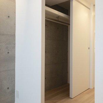 クローゼットは居室の入り口にあります。