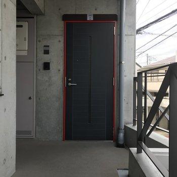 ドア枠が赤いのに注目!