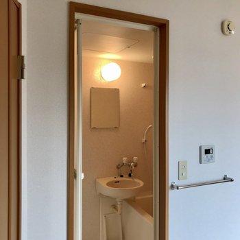 バスルームへは居室から直接アクセス