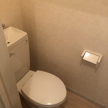 白を基調とした明るくて清潔感のあるトイレ。