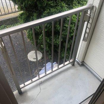ベランダは少し狭いです。洗濯物は溜め込んじゃダメですよ〜