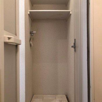洗濯機置場の上には収納も付いていて便利。