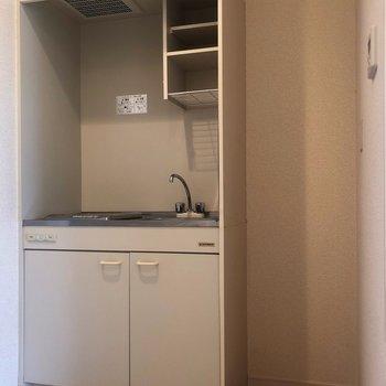 キッチンの横には冷蔵庫を置くスペースもあります。