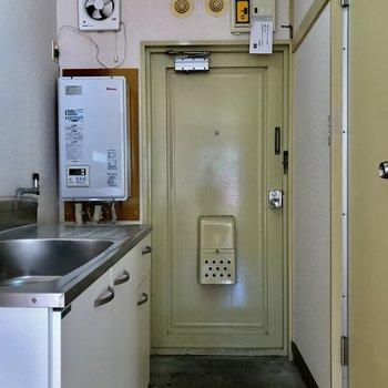 玄関スペースはコンパクトです。※写真は2階の同間取り別部屋のものです