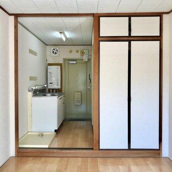 洋室とキッチンの間に仕切りをしてもいいかも。※写真は2階の同間取り別部屋のものです