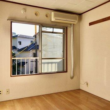 両壁にピクチャーレール付きですよ。※写真は2階の同間取り別部屋のものです