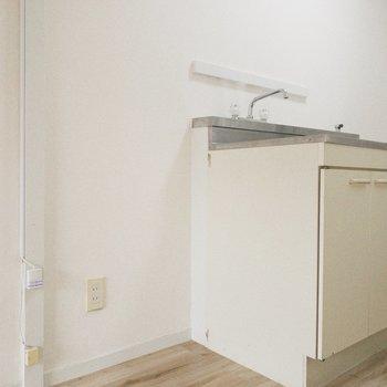 手前のスペースにはコンパクトな冷蔵庫を。