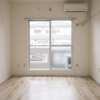 スクエアの窓が愛らしいお部屋です。