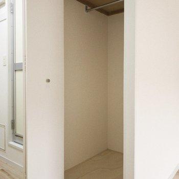 リビングから出て右手には奥行のある収納スペースが。上にも収納ができます。