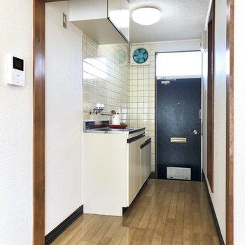 キッチン側とは段差でメリハリを。モニタ付きのドアホンが左手に見えます。