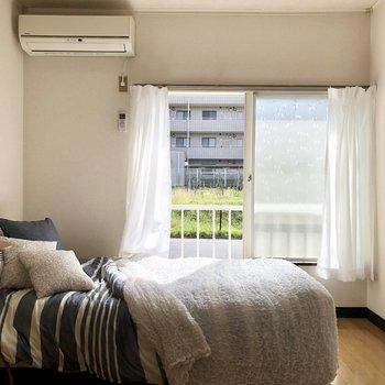 ベッドを奥に置くと、空間を広く使えますね。