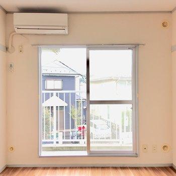 窓からは優しい光が差し込みます。
