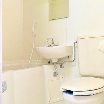 シャワーカーテンを取り付けて、水の飛散を抑えれば、綺麗に保ちやすくなりますよ。