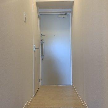 フラットな玄関と、左側には…※写真は3階同間取り別部屋のものです